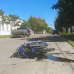 Fuerte accidente entre una camioneta y una moto en la esquina de la Escuela N 63