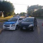 Un móvil de la policía chocó contra otro auto frente a la rotonda de 25 de Mayo e Inchausti